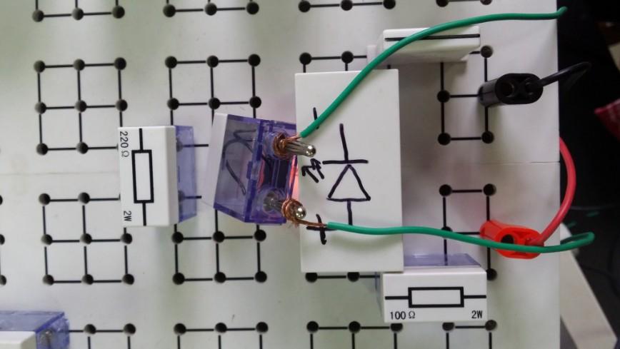 今天终于在实验室试用了Arduino。 成功让两个LED交错发光尝,并试了各种delay()的数值。 在使用LCD的I2C通讯时遇到了困难:连线正确,按照1602液晶显示屏(I2C通讯)上的代码编译之后,LCD上没有显示。找了很久也没能找到问题 于是开始测试Arduino的输出极限频率: 用delayMicroseconds()分别测试了100,40,10,5,1的呼吸灯停顿时长,并且在示波器上观察图像,用Measure读出周期。 观察后发现:delayMicroseconds()的参数设置如何,周期都会